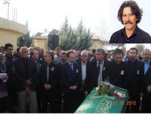 اثناء تشييع جنازة الراحل آرزن آري في دياربكر