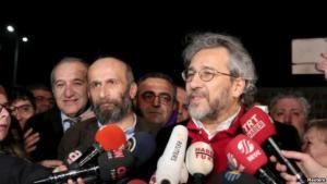 الصحفي جان دوندار بعد اطلاق سراحهم