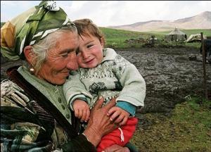 إيزيدية مع طفلها على سفوح جبال أرمينيا
