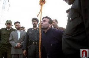 شاب كردي ساقه رجال نظام الملالي الفارسي إلى حبل المشنقة