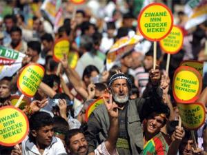 أكراد يتظاهرون في ديار بكر للمطالبة بتعليم اللغة الكردية في تركيا- 21 فبراير 2011